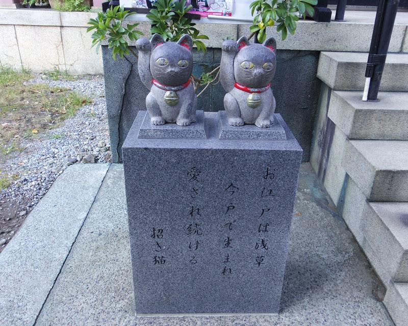 なで猫の石碑