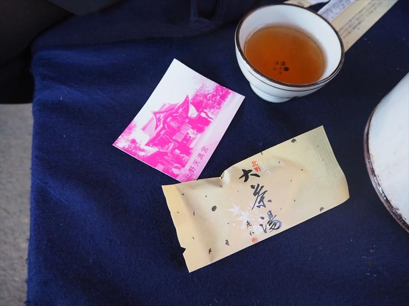 お茶はポットから飲み放題、おいしい茶菓子を頂けます