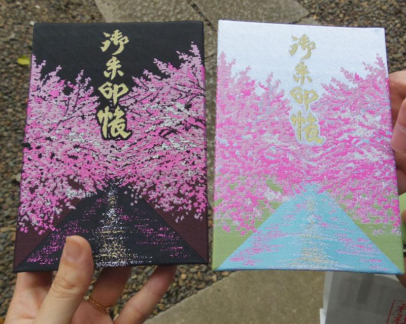 御朱印を記す御朱印帳もすっごくかわいい! こちらは上目黒氷川神社の目黒川デザインの御朱印