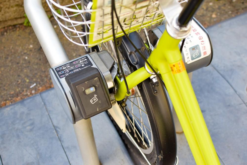 タッチパネルで操作が完了するとロックが外れて自転車を持ち出せる
