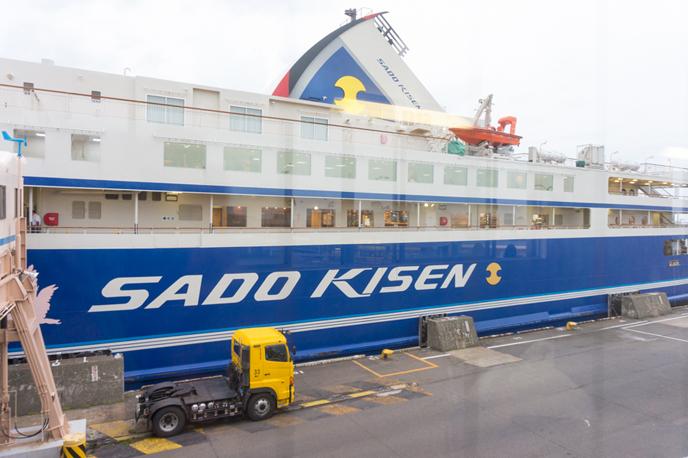 新潟港から出港するカーフェリー