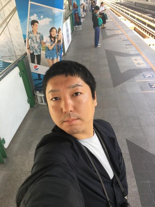 BTSスクンビット線ナナ駅で撮影した自撮り写真。