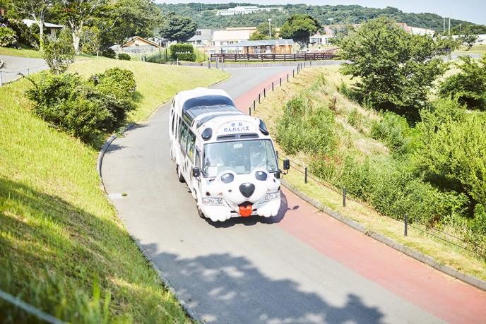 牧場内は広いので、小さなお子様連れの方はバスに乗って移動するのもオススメ。
