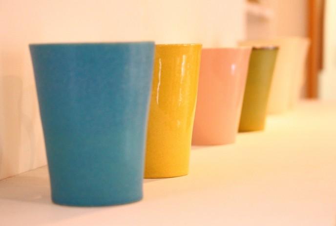 色とりどりの陶器カップ