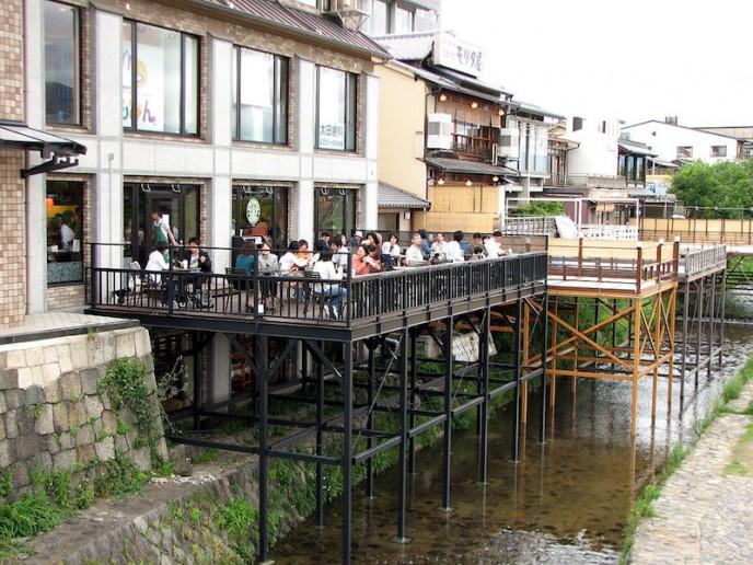 1024px-Noryo-yuka_2_at_a_Starbucks_by_MShades_in_Kyoto