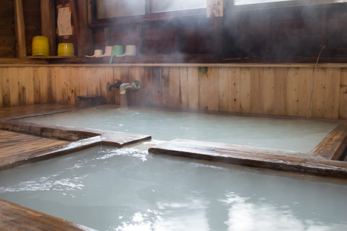 真ん中の浴槽はぬるめ。一番初めはこの浴槽で身体を慣らすのがちょうどよい。