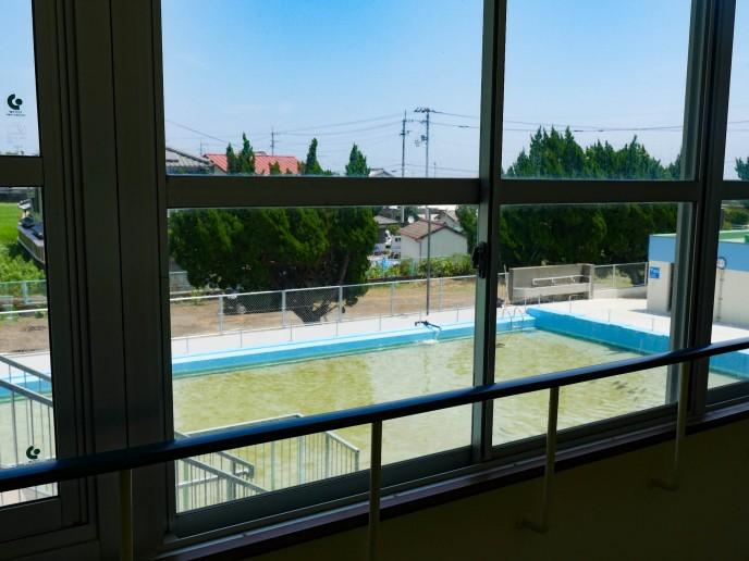 教室の窓の外にはサメの泳ぐプールが・・・