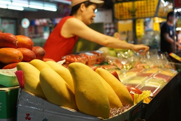 どのフルーツも1パック50元(200円前後)と日本では考えられない安さ。どれも甘くてジューシー。