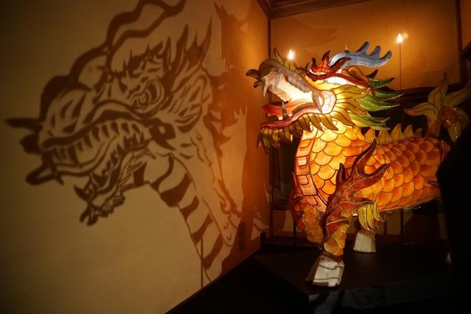 小部屋に潜む、長崎のランタンフェスティバルの麒麟(きりん)はギミックで影が動きます