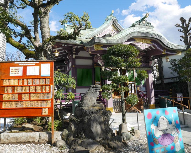 青空と高木神社の社殿(撮影時期・2月)