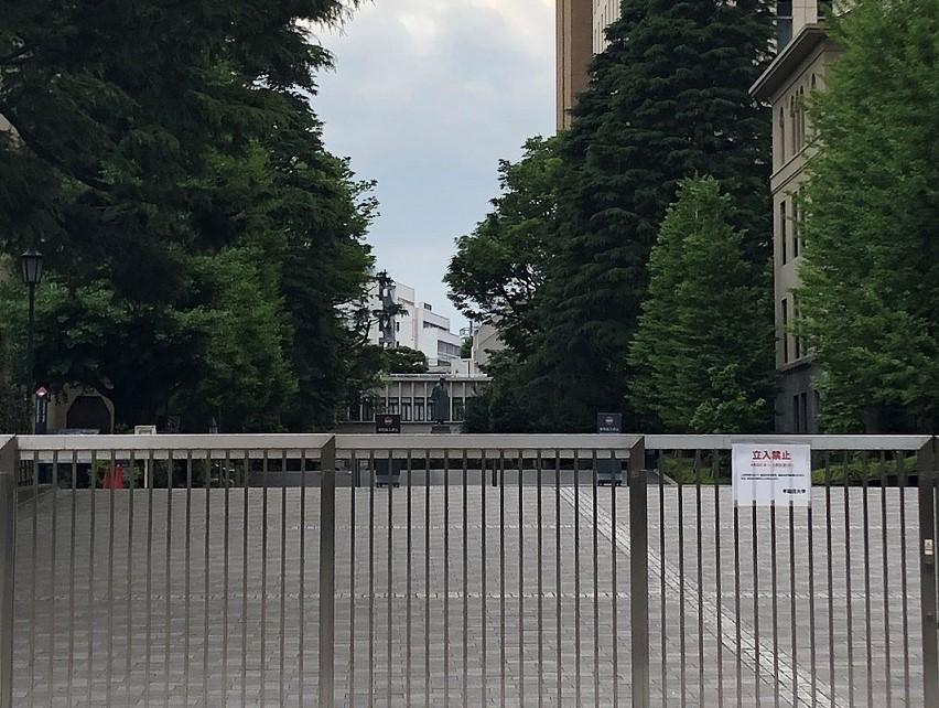 無人の早稲田キャンパス。中央奥に見えるのが有名な「大隈像」こと大隈重信の銅像です。